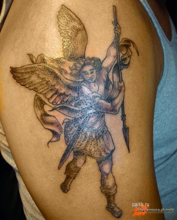 татуировка на плече Архангел Михаил