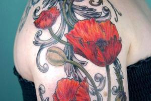 красные маки на плече у девушки
