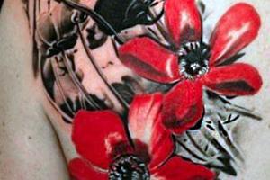 татуировка красные и черные маки
