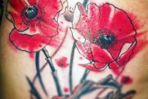 татуировка в акварельном стиле маки