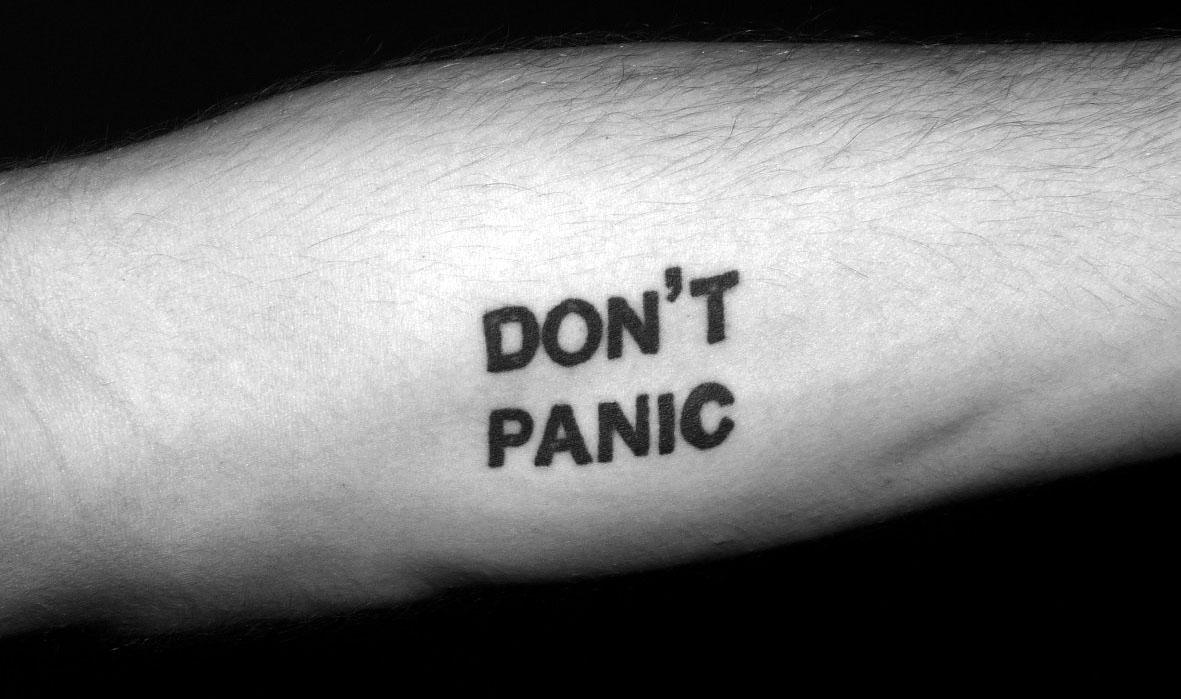 татуировка Don't Panic