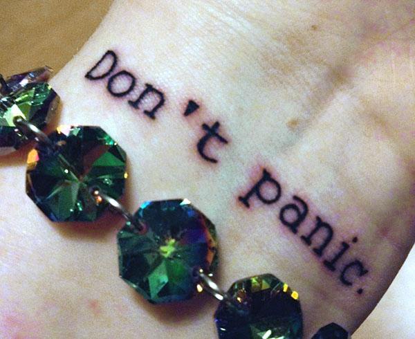 татуировка надпись на запястье Don't Panic