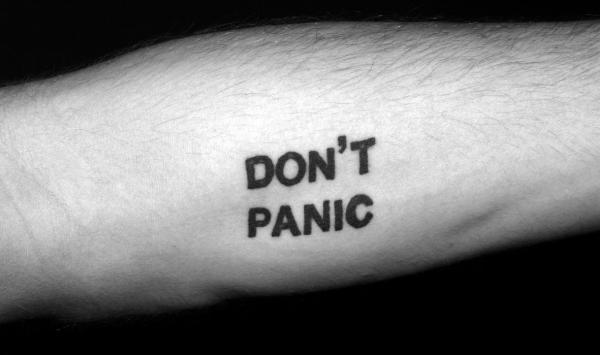 мужская татуировка надпись Don't Panic