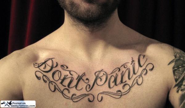 мужская тату на груди Не паникуй Don't Panic