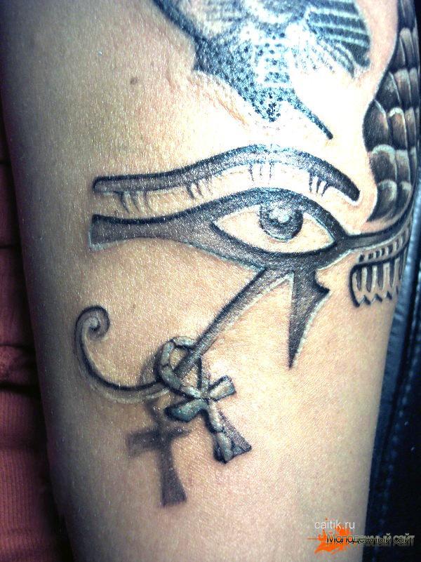 татуировка глаз Гора и АНКХ